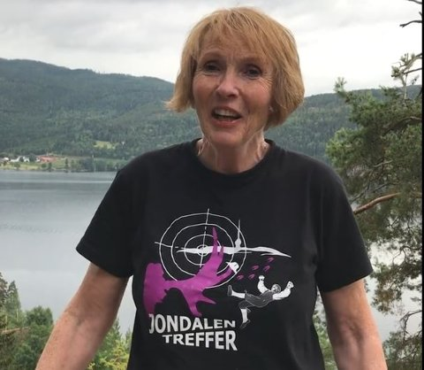 Iført Jondalen-trøye ønsket ordføreren Katrine Lund lykke til under kongelagskytingen. Foto: Skjermdump fra Facebook