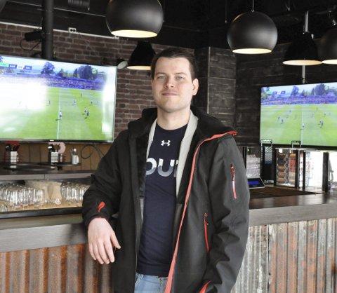 TippeFinale: Her ved Bar(t) vil finalen i Lofotpostens tippemesterskap 2017 gå av stabelen lørdag. – Kom å se kamp sammen med finalistene, oppfordrer sportsjournalist Kristian Rothli. Foto: Synne Mauseth