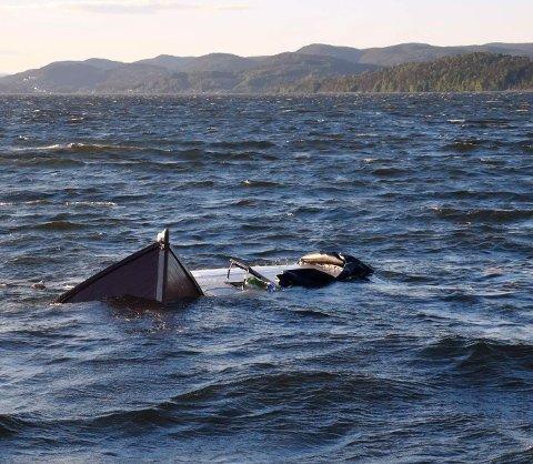GIKK NED: Føreren ble reddet opp, men båten lot seg ikke redde.