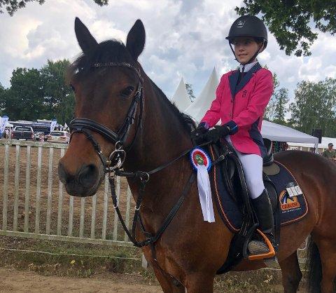 INTERNASJONALE PLASSERINGER: Ayla Berg (14) og hesten Chanel har sikret seg fine plasseringer i sprangridningskonkonkurranser i utlandet i sommer.