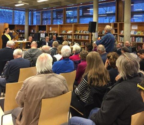 STORT OPPMØTE: Mange kom til Bøler biliotek for å få med seg mandagens debattmøte.