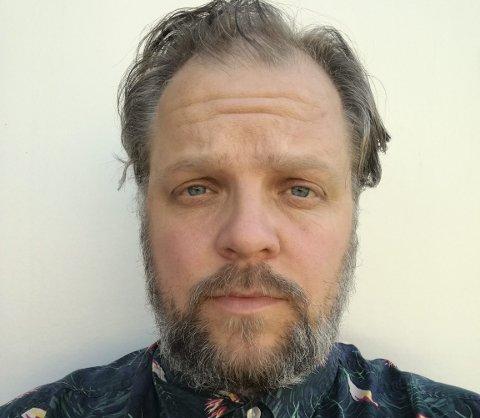 MØTEPLASSFORKJEMPER: Morten Minothi Kristiansen syns det er for få møteplasser i Østensjø, derfor skaper han nye selv. Foto: Morten Minothi Kristiansen