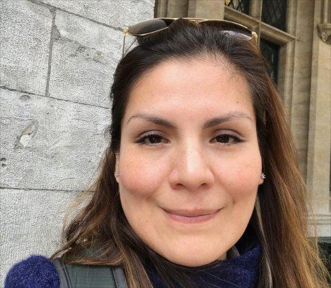REAGERER PÅ PRIS: Denisse Davila-Jeremiassen mener det er uhørt at hun må betale over 2000 kroner for en tannbehandling hun ikke mottok. - Jeg aksepterer at man må betale et gebyr, men ikke å bli fullfakturert for en tjeneste jeg ikke fikk, sier hun.