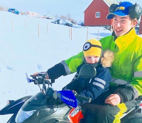 LIVSGLAD: Bård-Endré Hansen trivdes godt sammen med nevøen Nicolai. Her er de begge på gården hjemme i Balsfjord.