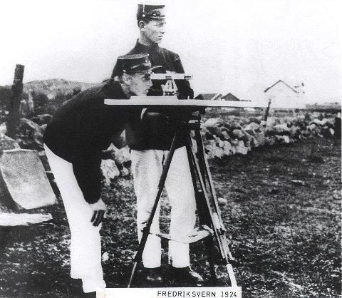 FREDRIKSVERN VERFT: Et situasjonsbilde fra landmåling på Rakke i 1924 med daværende kronprins Olav bak kikkerten.