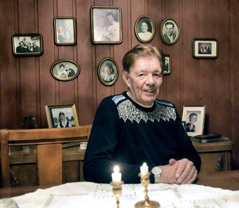 MIDT I HISTORIEN: Sæmund Stenersens far Gudmund forsvant sporløst etter en drosjetur sommeren da Sæmund var 27 år. Nå snakker Sæmund for første gang ut om hvordan han har opplevd tida etterpå. I kjelleren i huset på Hoff, har familien en egen vegg med familiebilder. – Alle de gode minnene om far lever evig, sier han.