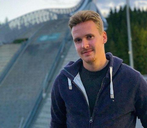 STUDENTTRENER: Martin Rodvang er trener for juniorene i Elverum Fotball, og opplevde at én av hans spillere testet positivt for korona. - Det er trist, og jeg håper virkelig vi klarer å unngå at det sprer seg videre, sier 21-åringen.