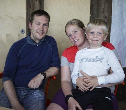 Dugnad: Rune, Tone og Isak (7) Gullesen fra Eidsvoll bruker en uke av ferien på dugnad for DNT på Rabothytta. Foto: Trygve Ulriksen Skogseth