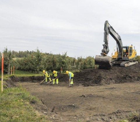 Rundkjøringen på Hønen skal åpnes i høst. Dette arbeidet er bortkastede penger, mener Olav Bjotveit.