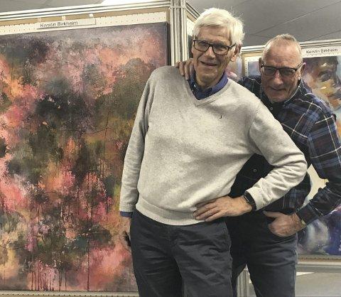 Kunstglede: Reidar Fosaas (t.v.) og Bjørn Skaugstad i Lions Club Skedsmo gleder seg til en hektisk helg med kunst. Her foran arbeider av Kerstin Birkheim.  Alle foto: Ola Einbu