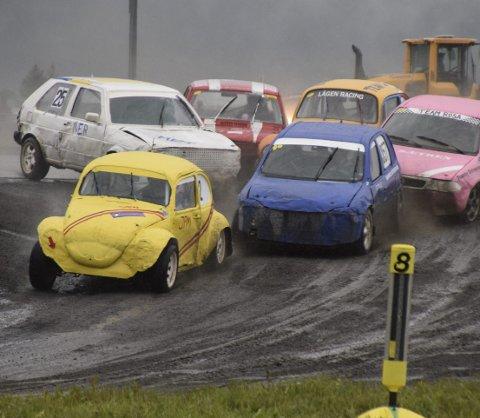 TRANGT I STARTEN: A-finalestarten i åpen klasse skilte ikke stort på bilene.  Foto: Stian Ormestad/Bilcross.no