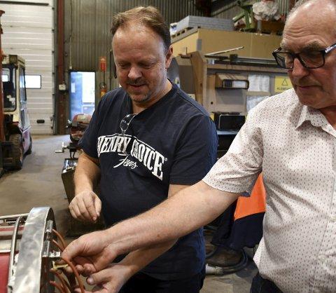 Ser enden på prosjektet: Det er rett før Gastromatmaskinen skal igjennom testrunder. Her er John Hagen (t.v.) og Jonny Jørgensen som begge har jobbet med maskinen. ALLE FOTO: iNGUNN HÅKESTAD BRÅTHEN