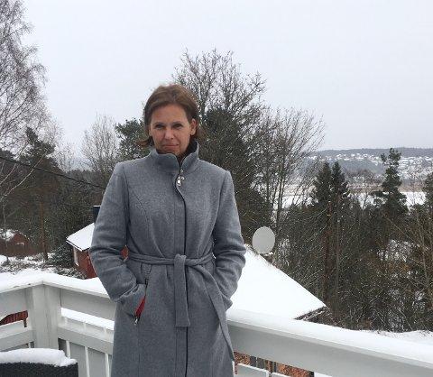 UTEN INTERNETT: Naboer i Kvastebyen har vært uten Internett-forbindelse siden 5. desember. Telenor sier det skyldes sykdom hos entreprenør og mange feilsituasjoner i området. Lena Konstanse Sandtangen mener det er uholdbart.