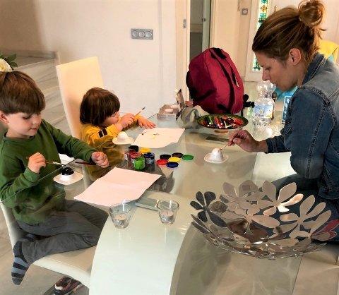 Full isolasjon: Sarpsborg-damen Ida-Marie Vatn i full gang med sønnene Sebastoan og Tobias med eggmaling under isolasjonen i Spania.