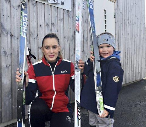 Nytt: Ellen Ekren og Anders Ekren Årsbog og Aure IL kan glede seg over å ha fått nytt skiutstyr.
