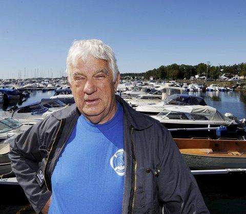 OPPKLARER: Tom Sollie vil at folk skal være klar over reglene som gjelder om fiske i fjorden.