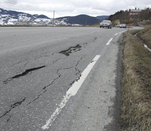 Nedkjørt: Fylkesveg 51 i Øystre Slidre er blitt meir og meir nedslete, men i sommar/haust blir det utbetring og ny asfalt i Rogne.