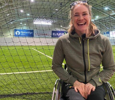 Fantastisk humør: Birgit Skarstein deltok i verdensmesterskapet i innendørsroing tirsdag, da med base i Valdres Storhall og med virtuell konkurranse mot andre som satt andre steder i verden.