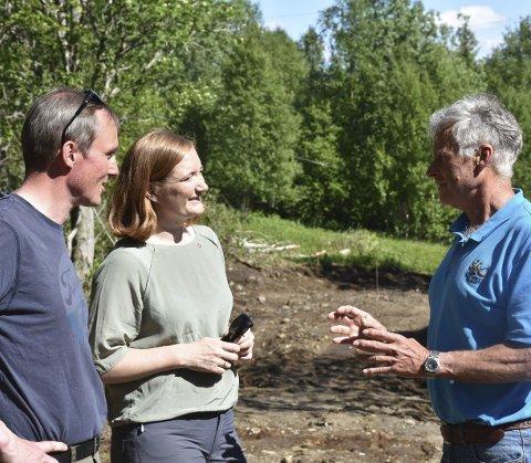 Morten Melå og Ida Pinnerød er imponert over det Per Rekkedal har fått til rundt Soløyvannet.