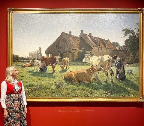 ENDELIG: Hege Skredsvig er glad og rørt over at oldefarens gullmedaljebilde «Une ferme à Venoix» endelig henger på veggen i Galleri Skredsvig. Maleriet er lånt ut til Eggedal i to år.