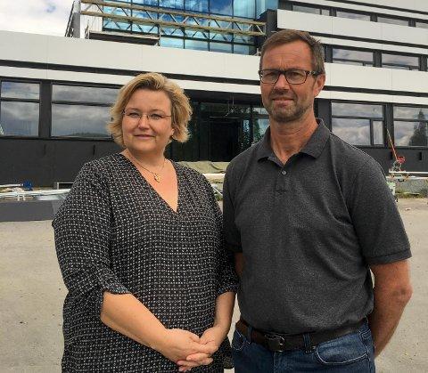 Jørgen Bo Gundersen er ansatt som rektor for ny felles ungdomsskole. Det er kommunalsjef for oppvekst, Kjersti Vevstad særlig godt fornøyd med.
