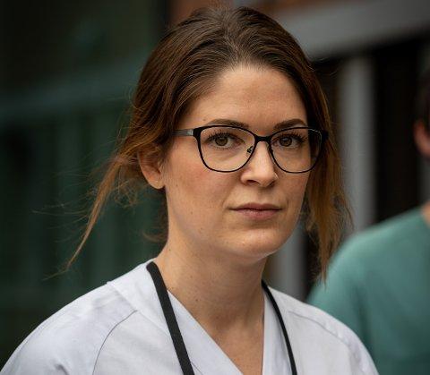 JOBB: Intensivsykepleier Helga Fure Pjaaka (31) har stått i frontlinjen under hele pandemien. Det har betydd lenger og flere vakter.