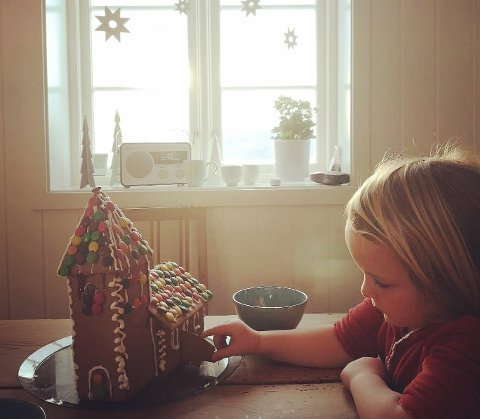 Lilja på 5 år har fått mer tid sammen med foreldrene sine i førjulstida etter at de bestemte seg for å bruke mindre penger og tid på å handle inn julegaver.