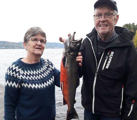 FERSK FISK: Åsa og Kåre Bjertnes med ei røye på 2,7 kilo. Bildet ble sendt klokka 12 lørdag.