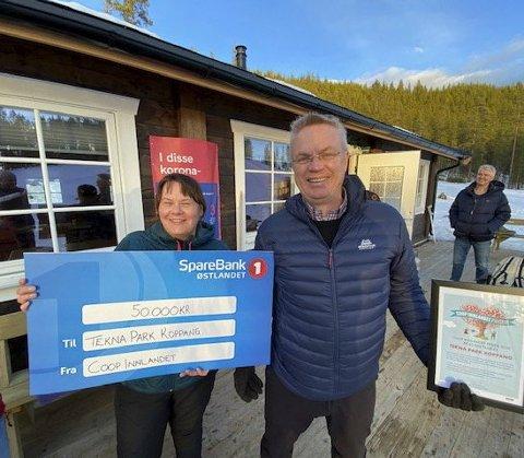 VANT I FJOR: Fjorårsvinner av Coop Innlandet Prisen Anita Olsen fra Tekna Park Koppang og Dag Roger Rinde, administrerende direktør i Coop Innlandet.