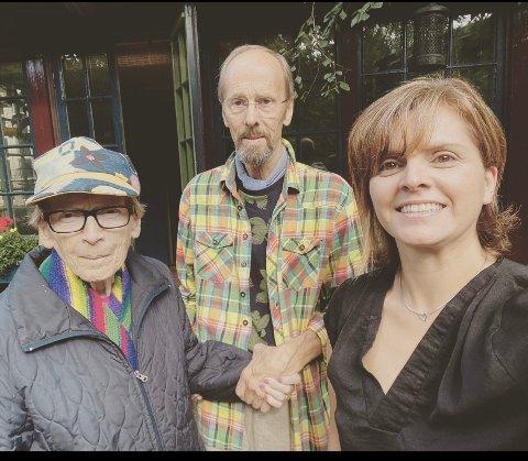 """KULTURBRU: De gleder seg til åpning og utstilling: Fra venstre Paula Fure, Svein Westad og kunstner/prosjektleder for """"Life with nauture"""", Lisa K. Bakke"""