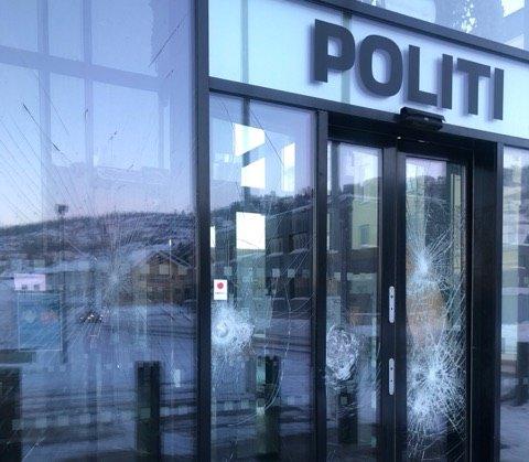 KNUST: Slik så inngangspartiet på politistasjonen ut lørdag morgen.
