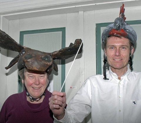 DYREMASKER: Aagot Stoltz Meyer som elg og Vegard Bjerkvold Nilsen som hane. Maskene skal bruker i barneoperaen                 «Noahs ark». foto: øyvind Fiva Lien