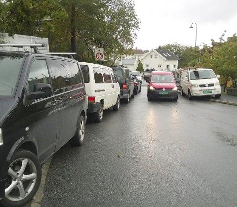 Dårlig fremkommelighet: I dag deler vi ut gult kort til håndverkere som parkerer uvettig i Rekkeviksgate.