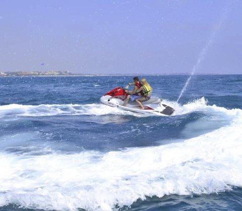 Fart: En vannscooter kan komme opp i en voldsom fart. Scooteren på bildet er ikke involvert i saken.illustrasjonsfoto