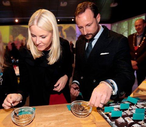 METTE-MARIT NEKTET: Kronprinsesse Mette Marit og kronprins Haakon under visningen av posten «Uten insekter – ingen mat» hvor kronprinsessen nektet å spise sirisser, melbiller og gresshopper under besøket på Norges miljø- og biovitenskapelige universitet (NMBU) på Ås i 2017. Kronprinsen derimot tok en bit av brownie med melbiller til pynt.