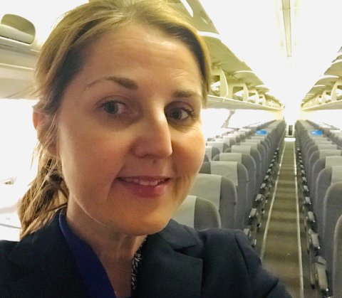 FLYVERTINNE OG SYKEPLEIER: Helene Skjellum fra Lillestrøm der hun helst går på jobb – i kabinen.