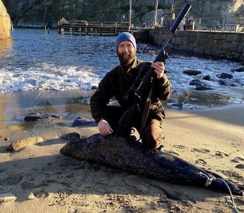SELJAKT: Her er Kim Lilleås fotografert på stranden i Kjerringvik med steinkobben han skjøt på søndag.