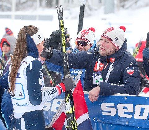 STORT: Trond Wiggo Hagen gratulerer Kristine Stavås Skistad fra Konnerud som vant både sprint og stafett under mesterskapet. Hun har akkurat sikret norsk stafettgull. Det opplevde Hagen som det største sportslige øyeblikket under mesterskapet.