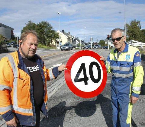 40-sone: John Ødegård (til venstre) og Endre Stranden fra Kristiansund kommune har hatt jobben med å sette opp de nye skiltene som varsler 40-sone tvers gjennom hele Kristiansund.