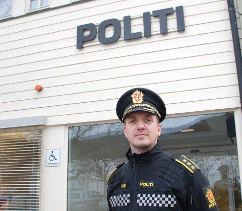 MÅ TA HENSYN: – Min oppfordring til ungdommen er at det må gå an ha det hyggelig sammen i sentrum uten å støye så mye som det blir gjort, sier politistasjonssjef Kristoffer Magnus Tessem.