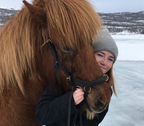 FRISTED: – Nå er jeg på min fjerde sesong her som guide, og elsker det. Kvistli er som fristedet mitt der jeg får ri og jobbe med fantastiske, glade og velridde hester, og man får venner livet ut. Kvistli-gjengen er som en familie nummer to, sier sommerarbeider på fjerde året, Lotte Ludvigsen (25).