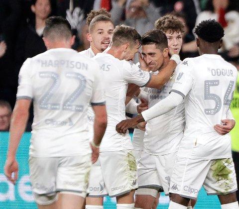 Leeds United og Pablo Hernandez (nummer tre fra høyre) cruiser videre mot Premier League. Vi tror de slår Cardiff på hjemmebane lørdag.   (AP Photo/Rick Rycroft)