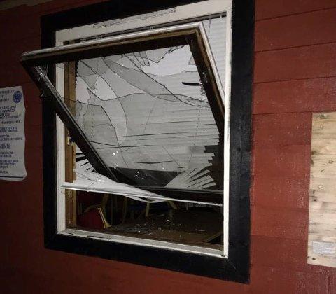 INNBROT: Nokon har knust denne ruta på skyttarhuset i Gaupne, og teke med seg kioskvarer. Innbrotet er meldt til politiet av Luster Jakt- og Fiskelag.