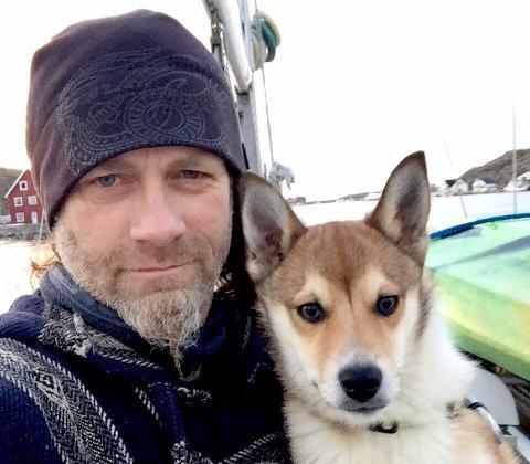VERDEN RUNDT: Nå kan Zkipper reise jorda rundt, som en av Postens nye frimerkemotiv. Han og eier Leo Johansen fra Kråkerøy bor for tiden i en båt i Vesterålen.