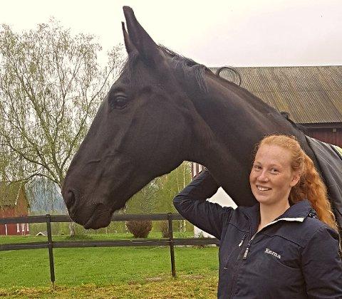 VI ER TRYGGE: Stallsjef Emma Nilsen med hesten Sato (15) reagerte raskt da flomvannet presset seg fram ved Hov: - Vi evakuerte hestene på ridesenteret på Hov onsdag og i går, forteller hun. Sato tar det veldig med ro og koser seg med midlertidig stallplass på Skansgården.