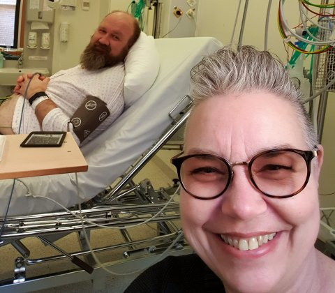 INN OG UT AV SYKEHUS: Dette bildet av Marit og Øivind Kolloen ble tatt på Gjøvik sykehus etter at han fikk hjerteinfarkt i fjor.