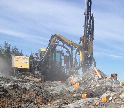 KONFLIKT: Statens vegvesen og Magne Sveen AS strides hvem som skal bære ansvaret for de store sprengekostnadene da riksveg 4 Lygna sør ble bygget. Bildet er tatt i juni 2013.