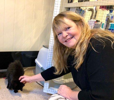 KASTRERING: Rita Halvorsen i Hjelp pus Hadeland oppfordrer alle katteeiere til å kastrere kattene sine.