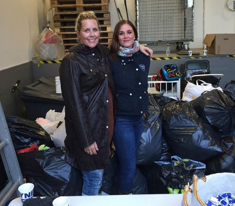 SAMLET INN: Mia Hjørnegård Foyn (t.h.) og Linda-Mari Ringen Olsen ledet innsamlingsaksjonen på Tista Senter tirsdag kveld.
