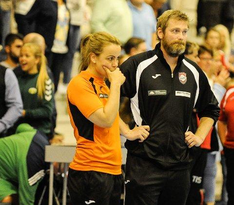 En betenkt Jan Thomas Lauritzen fikk se laget sitt få bank mot Fredrikstad. Her sammen med hjelpetrener Isabel Blanco.